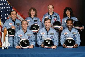Členovia posádky Challenger misie STS-51-L dolný rad zľava: Michael J. Smith, Dick Scobee, Ronald McNair. Horný rad zľava: Ellison Onizuka, Christa McAuliffová, Gregory Jarvis a Judith Resniková.
