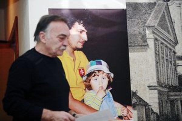 Fotografia Jozefa Lička v pozadí.