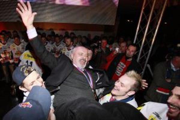 Hráči oslavujú s trénerom HKm Zvolen Petrom Mikulom.