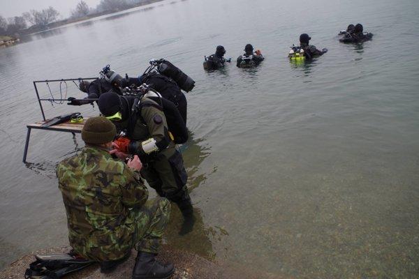 Slovenskí a českí vojenskí potápači absolovali spoločný výcvik.