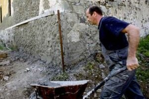 V dedine ľudia domy stále opravujú.