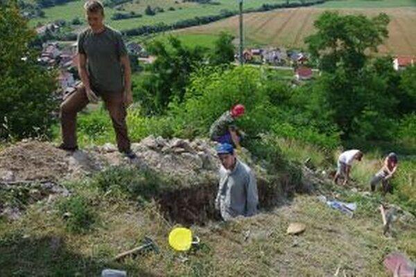 Archeológom pomáhali obyvatelia dedinky.