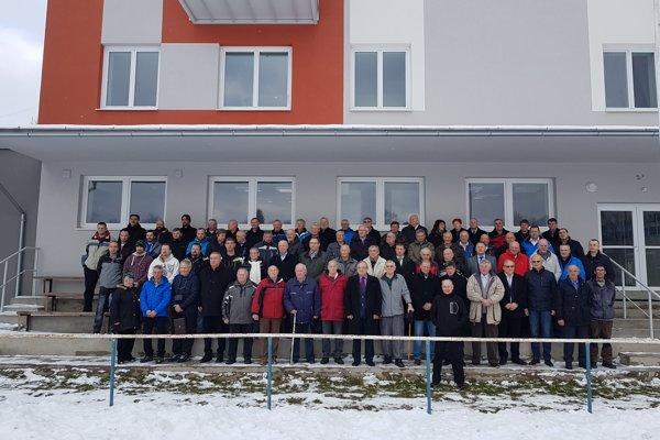 Na snímke sú nastúpení pamätníci futbalu v Podturni.