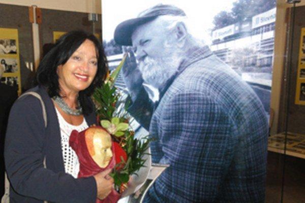 Božena Polónyiová pri fotografii svojho zosnulého manžela na výstave Viliam Polónyi na javisku života. V krupinskom múzeu je sprístupnená do konca roka.