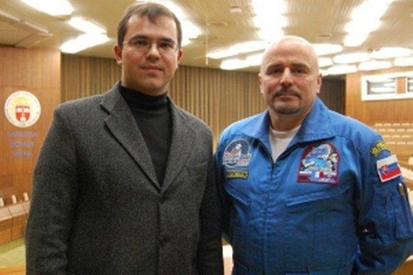 Zberateľ Ľuboš Ryban s prvým slovenským kozmonautom Ivanom Bellom.