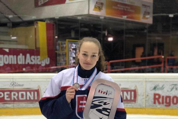 Nikola Nemčeková strofejou za druhé miesto na Majstrovstvách sveta divízie I skupiny A hokejistiek do 18 rokov.