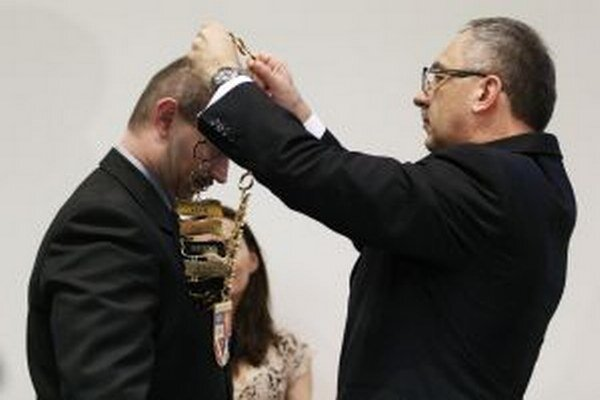 Vladimír Maňka odovzdáva svojmu nástupcovi insígnie kraja.