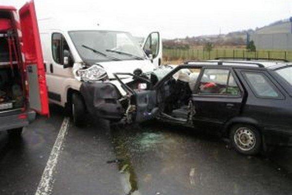 Po nehode bola cesta uzavretá.