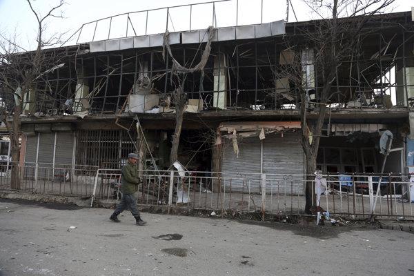 Následky útoku militantov na areál vojenskej akadémie v Kábule.