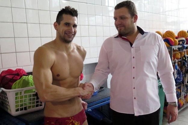 Zaplávať si prišiel ireprezentant Tomáš Klobučník. Vpravo manažér klubu Marek Gális.