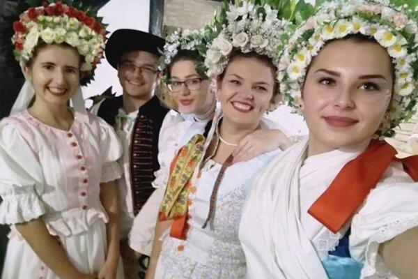 Folklórnu skupinu Podšíp zo Stankovian pozývajú na svadby, stará sa otradičný program vrátane čepčenia nevesty.
