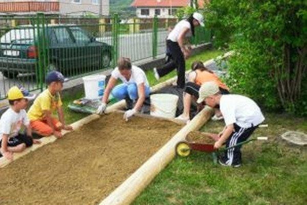 Škôlka sa zapája do rôznych projektov. Pred dvoma rokmi napríklad urobili pocitový chodník.