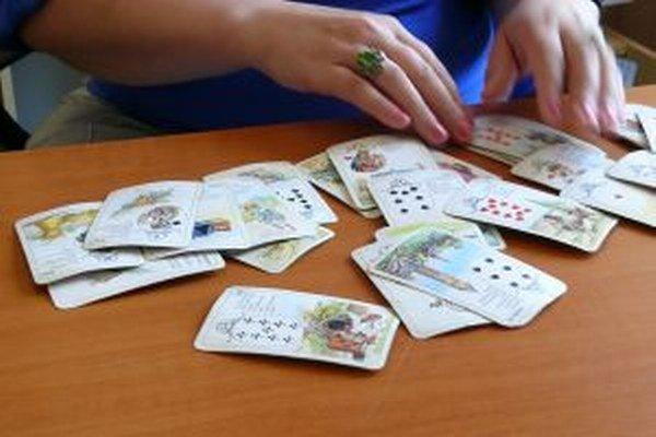 Diana používa karty Madamme Lenormand.