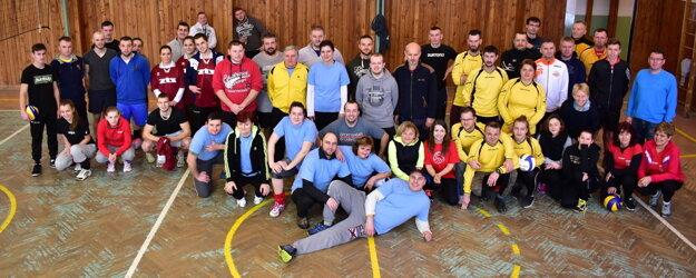 Spoločné foto účastníkov volejbalového turnaja vo Vysokej nad Kysucou.