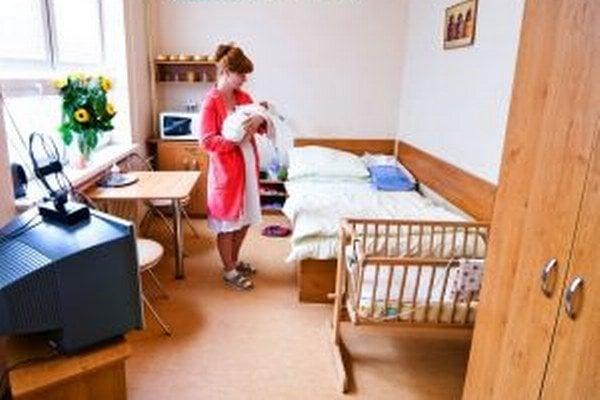 Mladá mamička na nadštandardnej izbe.