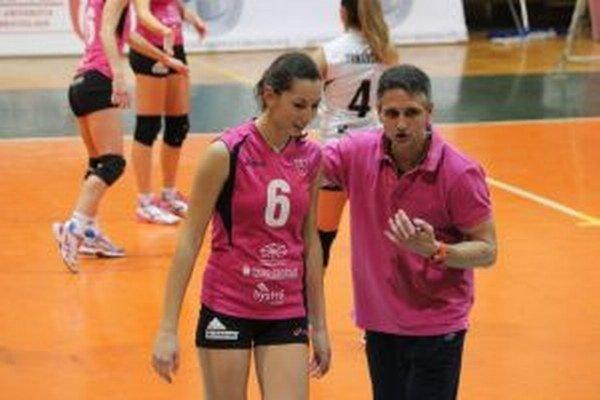 Marián Uvaček dáva rady počas prvého zápasu Zvolena proti Slávii EU