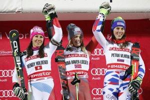 Víťazka paralelného slalomu v Štokholme Nina Haver-Loesethová (uprostred), druhá Švajčiarka Wendy Holdenerová (vľavo) a tretia Petra Vlhová.