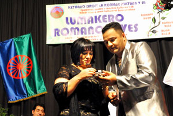 Anina Botošová, splnomocnenkyňa vlády pre rómske komunity, si prevzala cenu od známeho rómskeho speváka Janka Rigu. Cenu prezvala aj za svojho zosnulého otca Jána Berkyho-Mrenicu st.