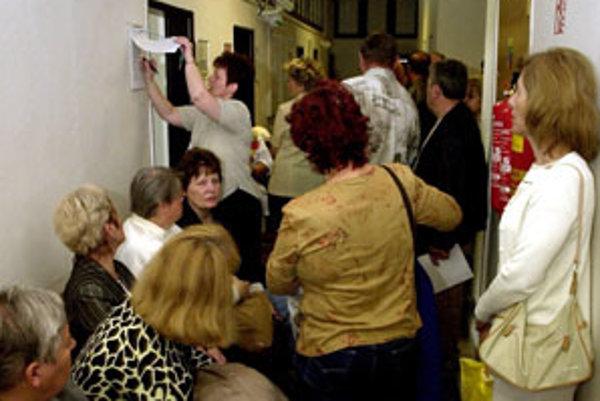 Na úradoch práce sa hlási stále viac ľudí.