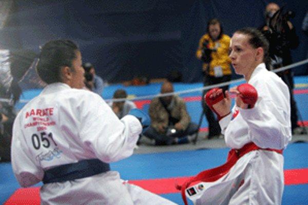 Slovenská reprezentantka v karate Eva Tulejová-Medveďová (vpravo) si v sobotu vybojovala zlatú medailu v športovom zápase kumite v kategórii do 61 kg.