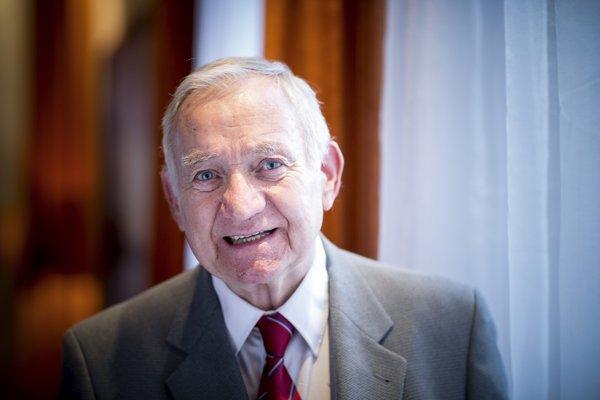 Ján Holčík je predsedom Slovenskej evanjelickej jednoty. V minulosti bol ministrom priemyslu, predsedom Demokratickej strany a generálny dozorca Evanjelickej cirkvi. Jeho otec Juraj Holčík dostal ocenenie Spravodlivý medzi národmi za záchranu Židov počas druhej svetovej vojny.