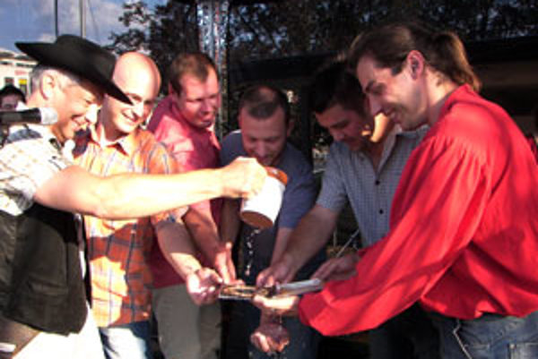 Primátor Miroslav Kusein (prvý zľava) v role krsného otca CD a členovia Pacipacifiku. Prvý zľava Rasťo Belička, vedľa neho stojí Daniel Axmann.