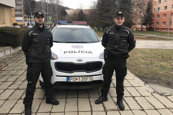 Títo dvaja policajti zachránili ľudský život.