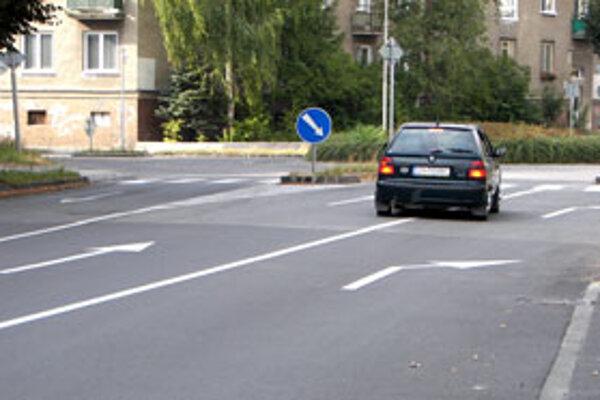 Vodiči na poslednú chvíľu zmenia smer jazdy; cez plnú čiaru.