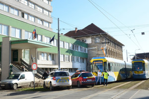 Incident sa stal v električke pred budovou KR PZ Košice.