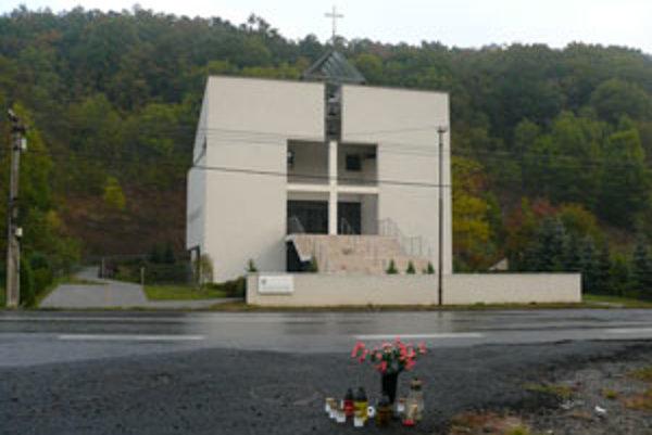 Kostol vo Vígľaši a cesta, na ktorej v nedeľu zahynuli dve ženy.