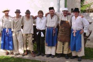 Miestni chlapi pri oslavách v obci.