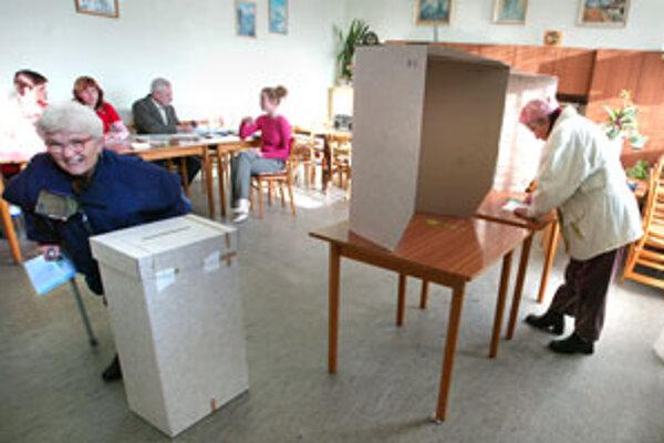 K volebným urnám chodí zväčša staršia generácia.