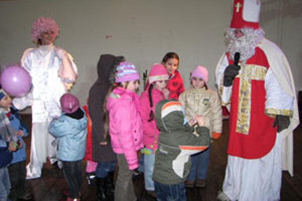 Na pódiu sa striedali deti s básničkami aj mikulášskymi pesničkami.