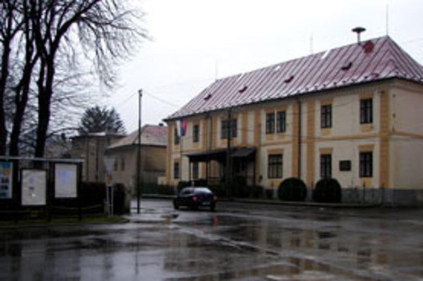 Rekonštrukcia sa dotkne aj chodníka na Hviezdoslavovej, na ktorej sídli obecný úrad.