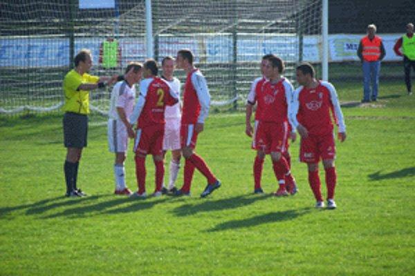 Rozhorčení Zvolenčania (v červenom) dohovárajú rozhodcovi Ondrušovi po neuznanom góle Pelegrínyho.