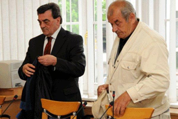 Okresný súd vo Zvolene dnes oslobodil spod obžaloby Emila P. (vpravo), ktorý bol obvinený zo zločinov nedovoleného ozbrojovania a marenia spravodlivosti.