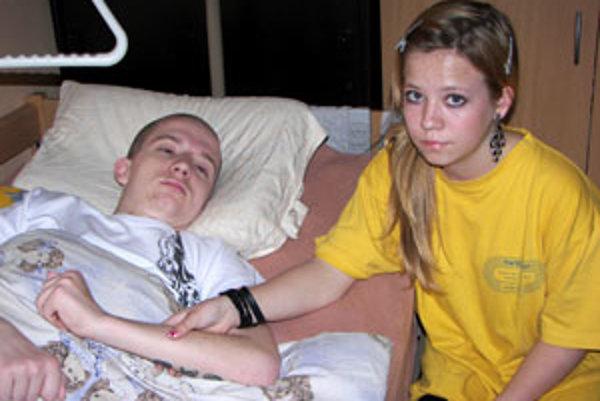 Bezvládny Marek obýva malú izbu spolu so svojou sestrou, 15-ročnou Martinkou.