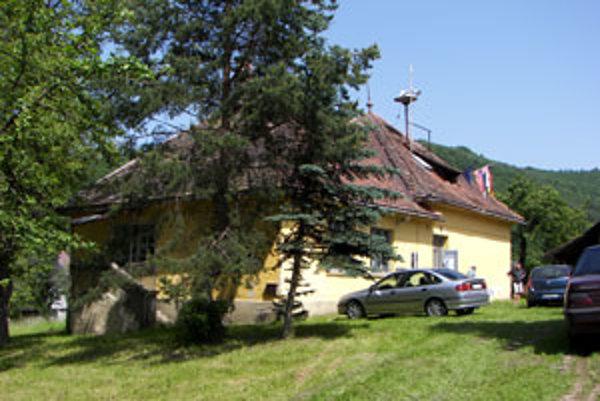 Volebnú miestnosť zriadili v bývalej základnej škole, ktorá skôr pripomína rodinný dom. Dnes v nej sídli obecný úrad.