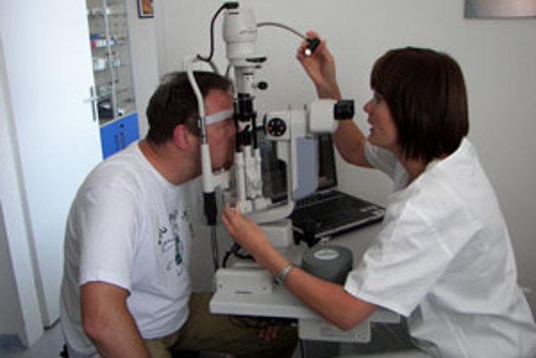 Primárka Marta Ondrejková pri vyšetrení pacienta.
