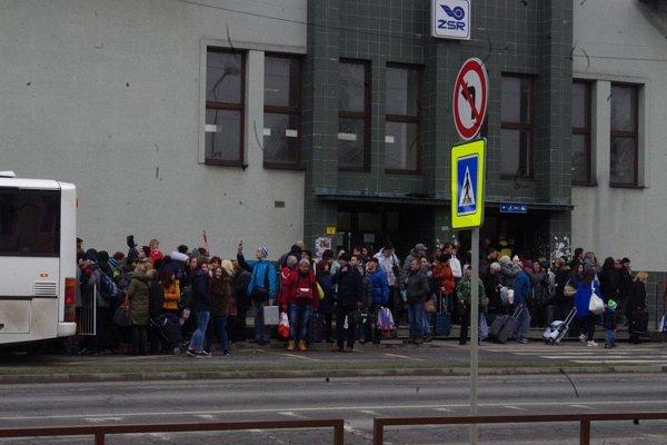 Pre nehodu vlaky nejazdili. na železničnej stanici v Považskej bystrici museli nútene prerušiť cestu ľudia z rôznych kútov Slovenska.