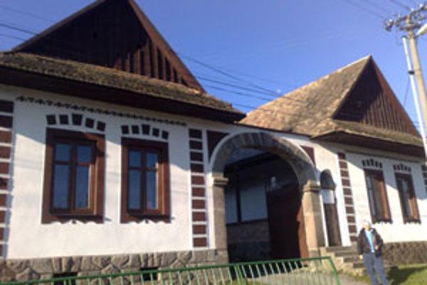 Firma sídli v jednom z najkrajších tradičných dobronivských domov s pôvodnou murovanou bránou.