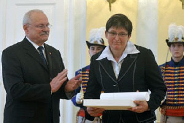 Kaliská si prevzala z rúk prezidenta ocenenie.