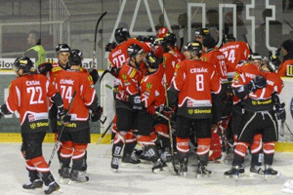 Radosť hokejistov Banskej Bystrice z postupu do semifinále, v ktorom ich čaká Poprad.