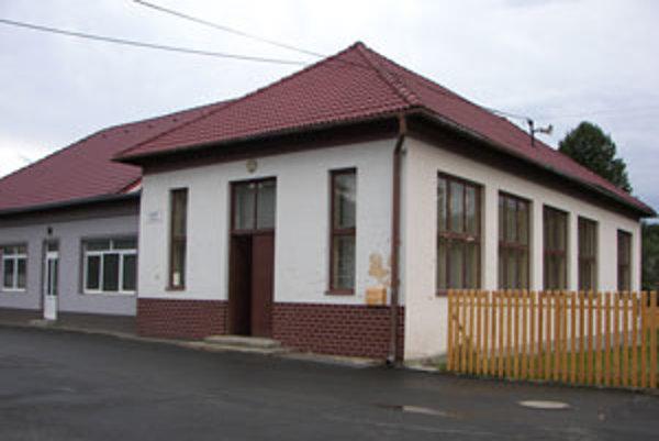 Kultúrny dom (vpravo) stojí vedľa budovy bývalých potravín.