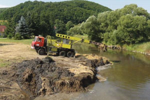 Vodohospodri rozširujú koryto potoka.