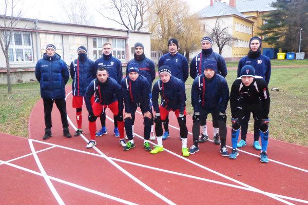 Vrábeľskí futbalisti naháňajú kondíciu aj na tartane.