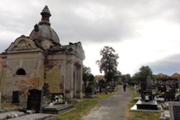Hrobka rodiny Ľudovíta Plachého stojí hneď pri vchode cintorína.