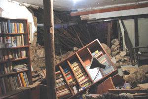 Stena rodinného domu sa po náraze kamióna zrútila.
