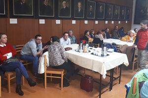 Niekoľko majiteľov pozemkov na Ssídlisku Brehy sedelo na zastupiteľstve až do konca.