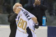 Legendárny slovenský útočník Jozef Golonka s dresom počas slávnostnej gratulácie k jeho 80. narodeninám.